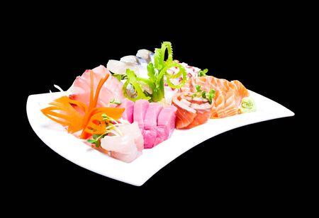 ambrosia: Sashimi misto nel piatto bianco isolato su sfondo nero, con percorso di clipping