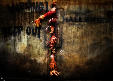 zombie hand through the door, useful for some Halloween concept  Standard-Bild