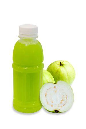guayaba: jugo de guayaba en la botella de plástico con frutas aisladas sobre fondo blanco