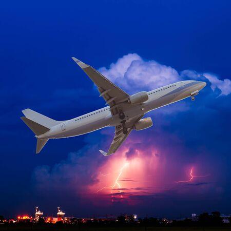 planos electricos: Comercial avión volando con nubes y el fondo tormenta
