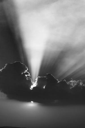 Schwarz und weiß von schönen Himmel mit Wolken und Sonnenstrahlen bei Sonnenuntergang
