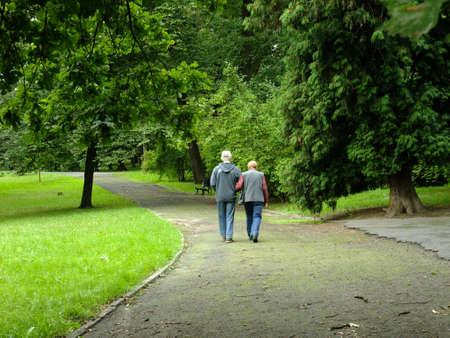 senioren wandelen: Park in de lente tijd