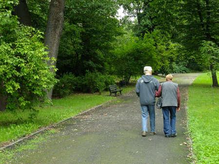 ancianos caminando: Parque en tiempo de primavera