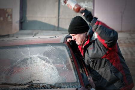 Hooligan smashing voorruit