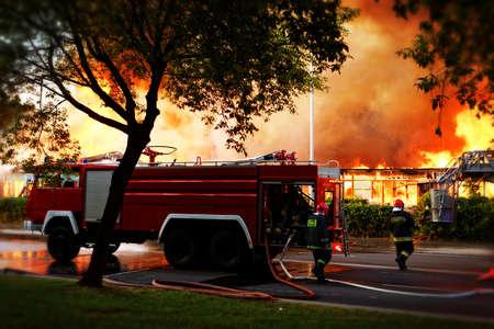 voiture de pompiers: Flammes sur la construction