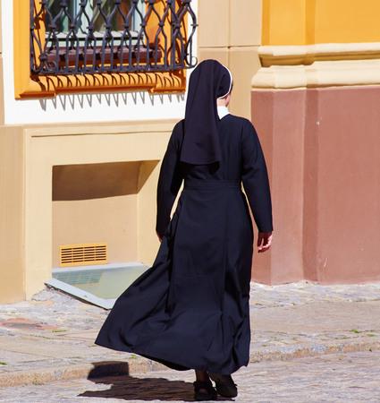 Christelijke nonnen lopen in de straat