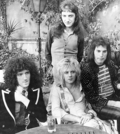 QUEEN - UK group in 1976 from l  Brian May, Roger Taylor, John Deacon and Freddie Mercury Редакционное