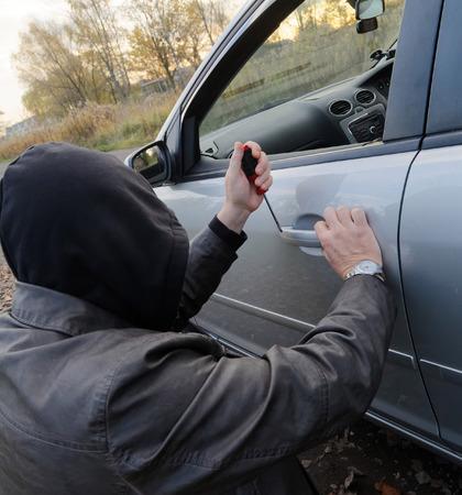 Hooligan Einbruch In Das Auto Lizenzfreie Fotos Bilder Und Stock