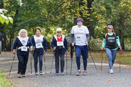 Breslau, Polen - 15. OKTOBER 2017: Menschen im Fitness-Kurs Nordic-Walking-Wettbewerb im Stadtpark