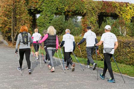 Breslau, Polen - 15. OKTOBER 2017: Menschen im Fitness-Kurs Nordic-Walking-Wettbewerb im Stadtpark Editorial