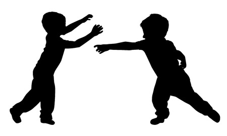 Silhouetten von zwei kleinen Jungen, die Yoga spielen