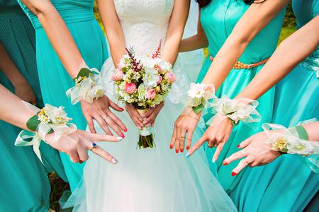 bruidsmeisjes en bruid en een bruidsboeket Stockfoto