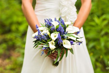 Bride Holding Boeket van het huwelijk met mooie bloemen