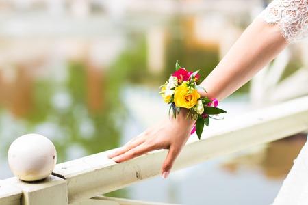 hermosa pulsera de flores frescas para la novia