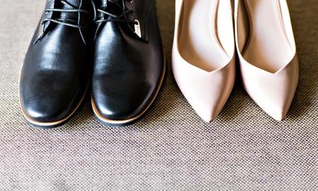 木製の床の上から男性と女性の靴 写真素材