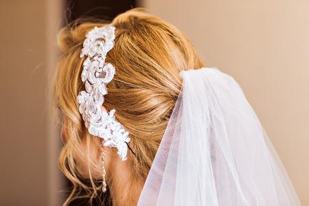 Hair stylist makes the bride before the wedding Foto de archivo