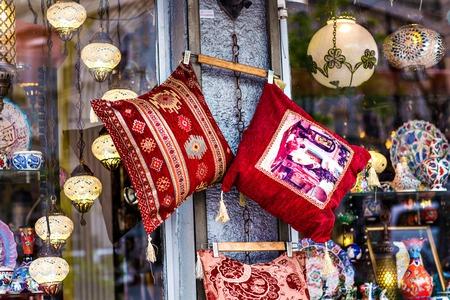 cojines orientales. Bazar textil nacional en Estambul Foto de archivo