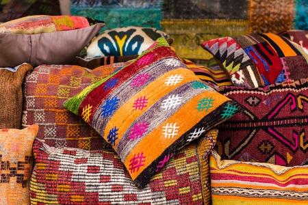 oriental cushions. National textile bazaar in Istanbul Standard-Bild