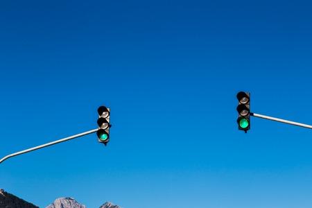 señales de transito: dos luces de tráfico en la carretera principal Foto de archivo