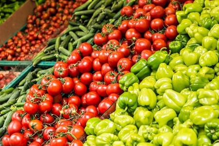 Las frutas y verduras en un mercado de agricultores Foto de archivo