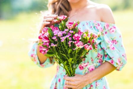 花の花束を持つ美しい少女 写真素材
