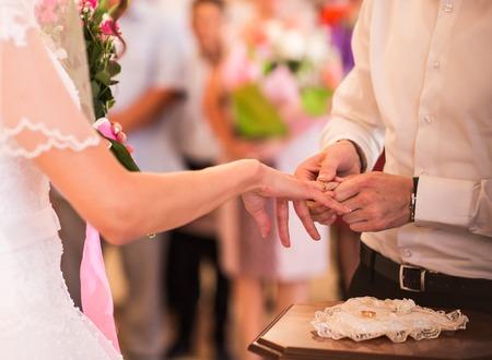 anillos de boda: Escena romántica de escarda celebración, anillos de boda