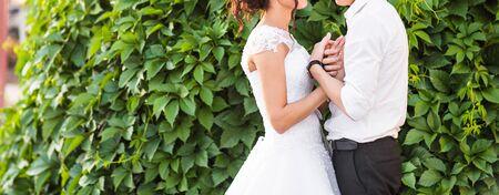 pareja apasionada: Hermosa boda pareja est� disfrutando de d�a de la boda