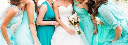 ブルーのドレスを着て花嫁とブライドメイド