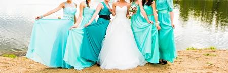 bruid en bruidsmeisjes gekleed in een blauwe jurk Stockfoto