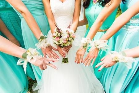 mucama: novia y damas de honor vestidos con un vestido azul Foto de archivo