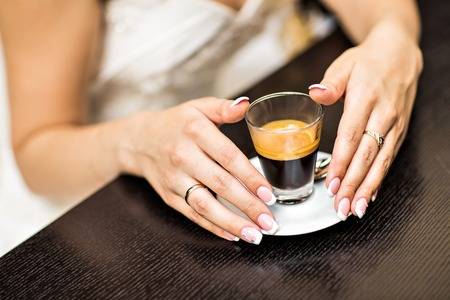 gaffe: coffee cup in hands of young woman
