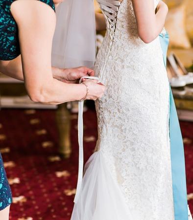 vistiendose: la novia se prepara para una boda. la novia se viste en la habitaci�n.