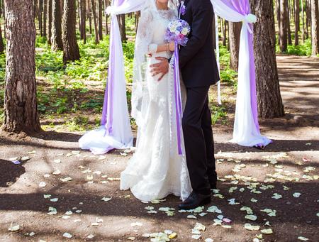 結婚式: 屋外の結婚式で結婚されるカップル