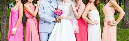 結婚式のカップルとゲスト、新郎および花嫁介添人