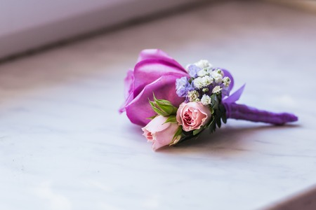 Groom's boutonniere closeup. Wedding boutonniere of roses 免版税图像