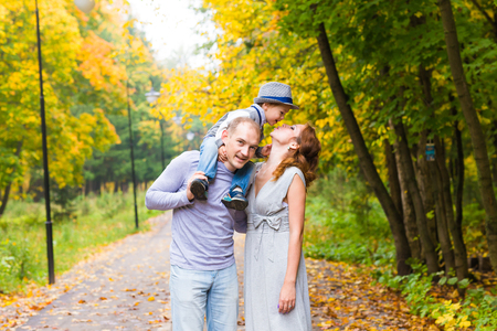 niño y niña: Joven de la familia a dar un paseo en un parque del otoño con el bebé