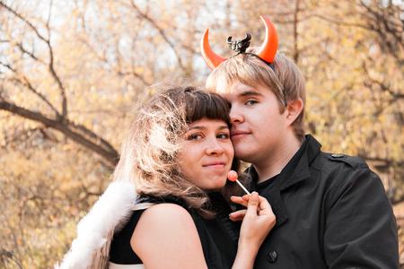 dudando: Retrato de Ángel y demonio. Día de Halloween Foto de archivo