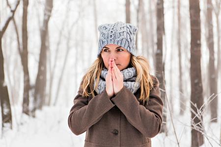 �cold: Ritratto di una donna sensazione di freddo in inverno Archivio Fotografico