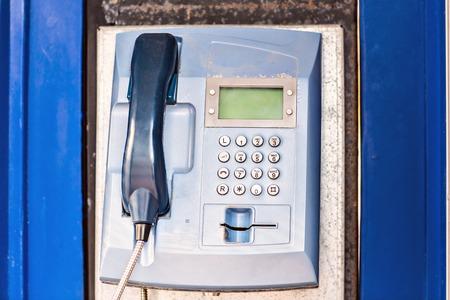cabina telefonica: Payphone p�blico. cuadro de tel�fono azul en una cabina telef�nica