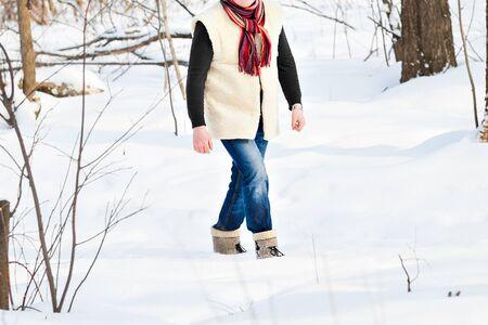 granja: Hombre joven en el bosque de invierno. brillantes ropa de invierno de lujo Foto de archivo