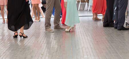 danza contemporanea: pies de personas bailando en el partido del club. irreconocible