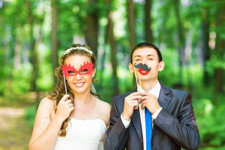 Pares de la boda que presenta con los labios, máscara de palo. Día de los Inocentes. Foto de archivo