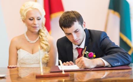 marriage ceremonies: Groom sign up marriage certificate. Wedding ceremony Stock Photo