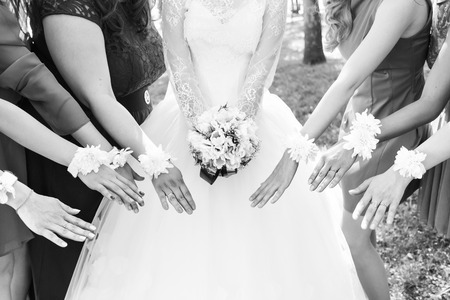 minx: The bride and bridesmaids are showing beautiful flowers on their hands