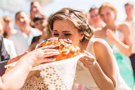 russian cuisine: Russian wedding round loaf. Wedding bread with salt. Russian wedding ceremony.