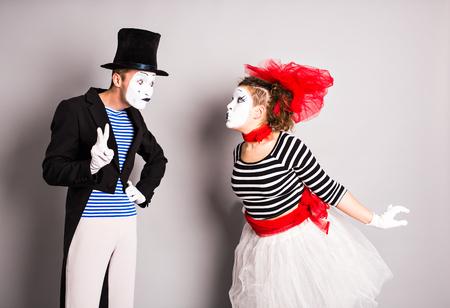 pantomima: Dos mimo pantomima, coraz�n, Dise�o de la insignia, el concepto de d�a de los inocentes. Foto de archivo