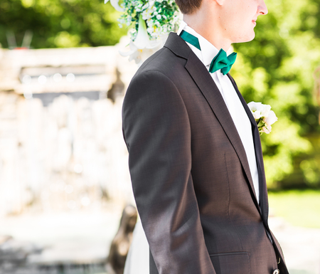 boutonniere: suit of groom with bow tie and boutonniere.