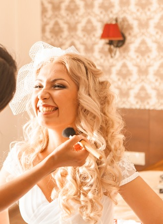 Stylist makes makeup bride on the wedding day. Foto de archivo