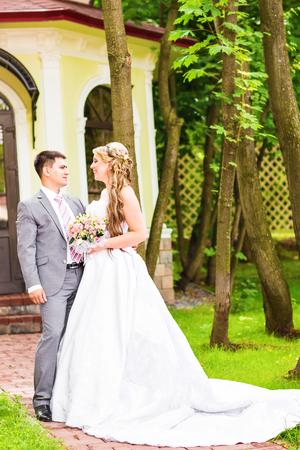 mariage: Young wedding couple enjoying romantic moments outside on a summer meadow