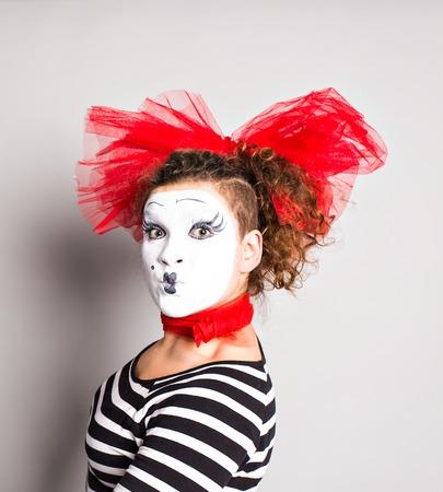 mimo: Un mimo payaso mujer posando en el estudio, de los inocentes concepto día.